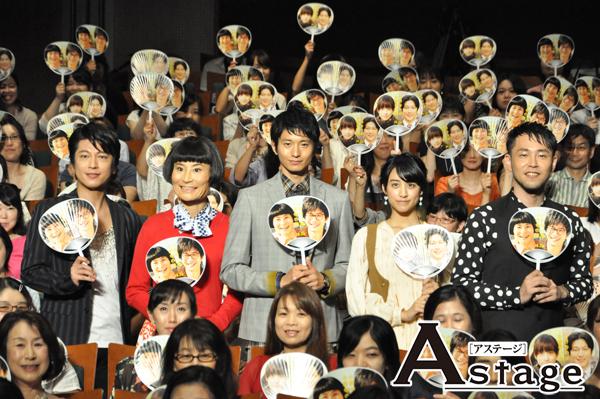 左から、及川光博、片桐はいり、向井理、山本美月、西田征史監督