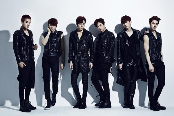 (写真左から)ラビ、レオ、ホンビン、エン、ヒョギ、ケン (C)2014 Jellyfish Entertainment
