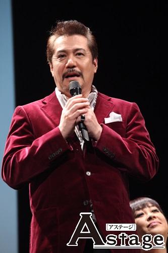 今井清隆「いまだに足をバンバン上げる真島さんを尊敬して、一緒にこの作品を作っていけるのだと思うと幸せ。スタッフが新しい女装用のパンプスを慎重してくれると聞いて、ますます頑張りたいと思います」