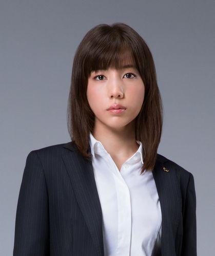 検察庁の事務官・平川星利菜役の仲里依紗