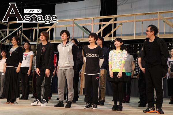 前列左から 濱田めぐみ、浦井健治、柿澤勇人、小池徹平、唯月ふうか、吉田鋼太郎
