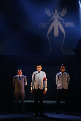左から、辰美役 ラサール石井、 <犬飼役の土屋>、 緒方(マスター)役 鷲尾昇