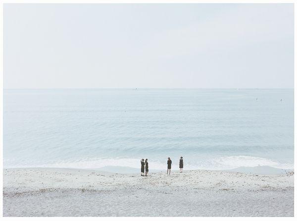③海辺を歩く四姉妹
