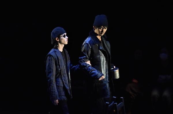 「盲目の弟とその兄」右:小林且弥、左:安西慎太郎