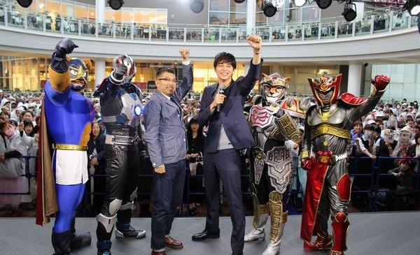 オフィシャル①(左から、イヌナキン、地球戦士ゼロス、豊島監督、東出昌大、忍ジャガー、フドウリキ