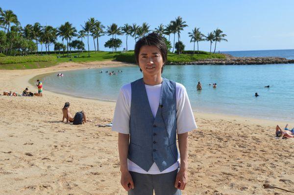 ハワイの海を背景に
