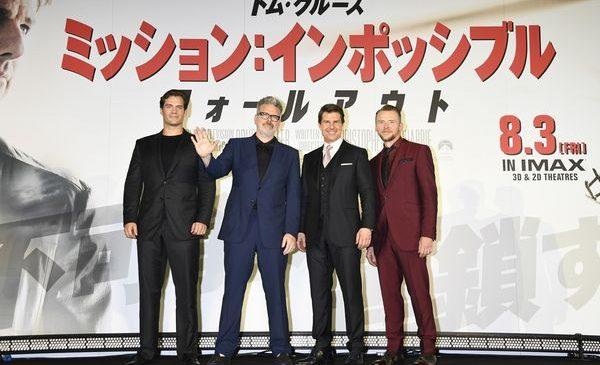 ★メイン『MI6』左からヘンリー・カビル、クリストファー・マッカリー監督、トム・クルーズ、サイモン・ペッグ_AAA3238s