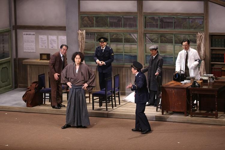 (前列左から)金田一耕助(喜多村緑郎)、橘警察署長(佐藤B作)が事件の解決に挑む!0022