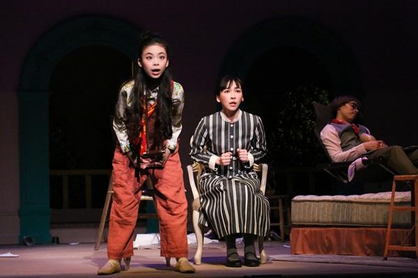 「クラッシャー女中」左:趣里、中央:麻生、奥:田村