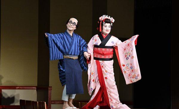 (左から)与太郎=八嶋智人、お染=渡辺えり_2NS2537s