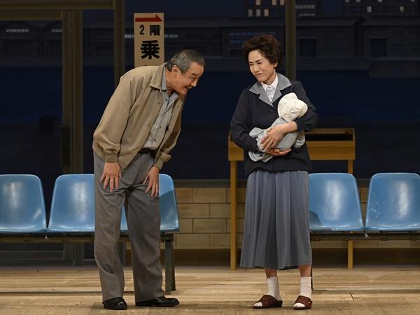 『愛の小荷物』左から曽我廼家文童、久本雅美
