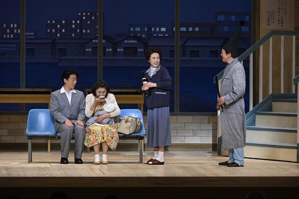 『愛の小荷物』左から植栗芳樹、里美羽衣子、久本雅美、曽我廼家八十吉