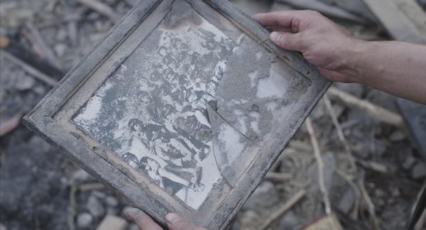 8月13日15時解禁_がれきの中の学徒集合写真『映画 太陽の子』場面写真