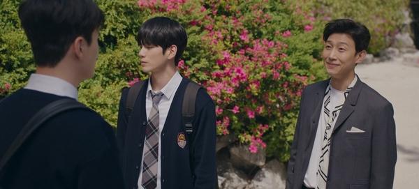 『十八の瞬間』担任先生のハン・ギョル※右(演:カン・ギヨン)